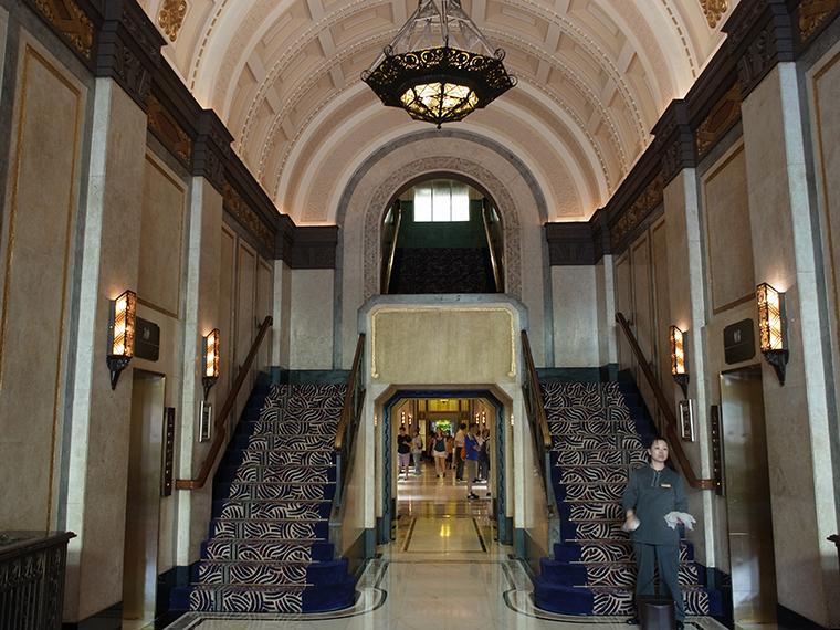 1 ピースホテル 階段